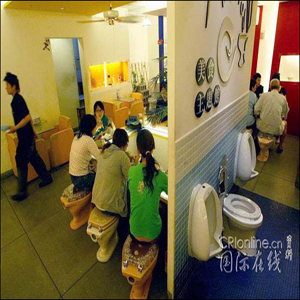 """坐着马桶就餐:台湾""""厕所""""餐厅"""