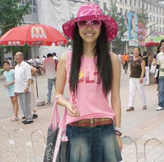 粉色背心搭配牛仔裙渲染了俏皮甜美的性格
