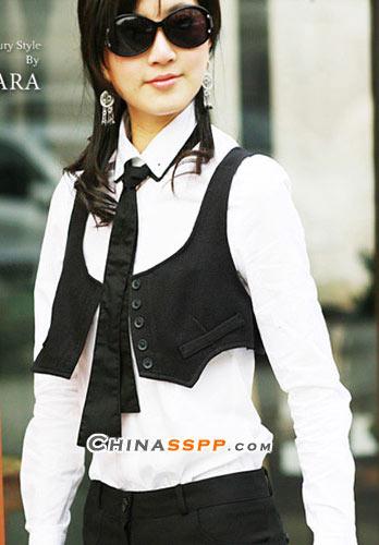 帅气的黑马甲配白衬衫,这不是只有男孩子才能有的装扮,女生穿着这