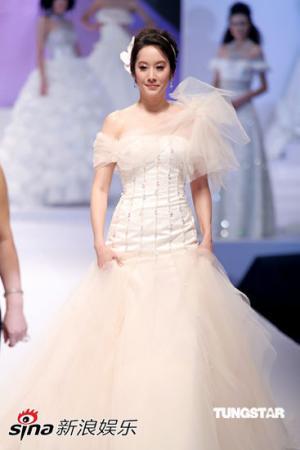 亚洲名牌婚纱_...仅要看顶级品牌名牌婚纱,还要看亚洲模特穿婚纱