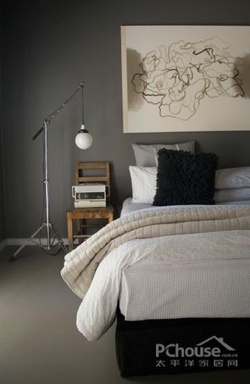 黑色床架的配合,让黑白搭配偏向柔和.床头墙壁上的手绘地图将