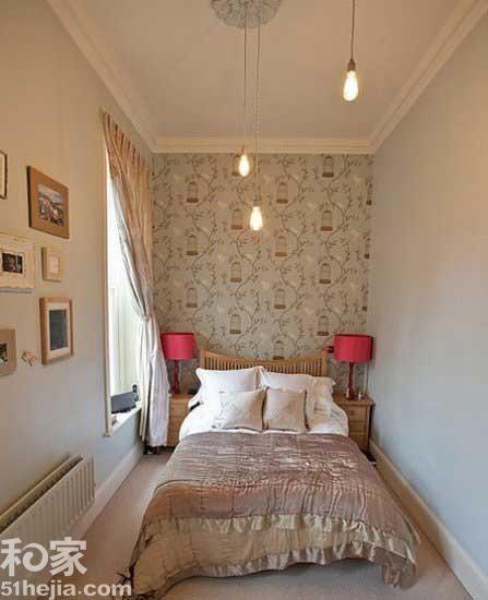 床头背景墙采用了浅蓝色花纹壁纸,让墙壁不会单调,侧面的墙壁则是选择
