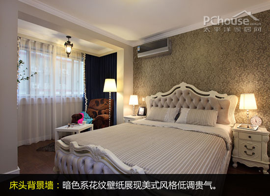床头背景墙采用暗色系的花纹