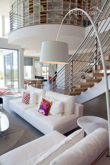 设计重点:阁楼      编辑点评:将小型别墅打造成阁楼风格是大