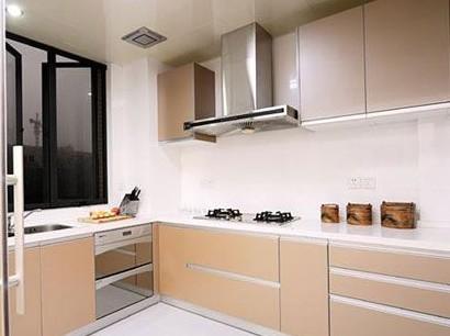 厨房的收纳做得不错,原木色的整体橱柜是木工师傅帮