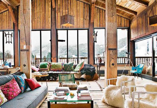 客厅   位于半山腰的全木质别墅,不仅拥有着开阔的视野,同时也充满着无限的自然气息。客厅、餐厅、书房被主人安排在了同一空间中,但是却丝毫没有杂乱感。井井有条的设计让人倍感舒适和自在。   设计亮点:房子四周都是大大的落地窗,将半山腰的地理位置发挥的淋漓尽致,同时几个空间杂糅在一起的设置也让身处其中的人更加的随意。
