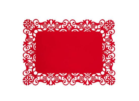 """PART2:红色装饰增加喜气    装饰Tips:充满喜庆的日子,红色是主要的色调。在餐桌上,摆设上红色的鸟笼灯、金色的蜡烛,红色的餐垫等,恰到好处的烘托出了过年气氛,再用些许天堂鸟装饰更添喜庆感觉。    装饰Tips:红色的中式镂空餐垫、蜡烛,更能衬托出桌面的新年气氛,而一款简约个性的茶壶以及壶盖的""""一点红""""设计,也恰到好处的点缀了餐桌。    装饰Tips:除了一些红色的桌面装饰,红色的餐具选择,也是中国人最爱的喜庆摆设,再搭配古典红木的餐桌,让朋友、家人一起享受传统温馨的过"""