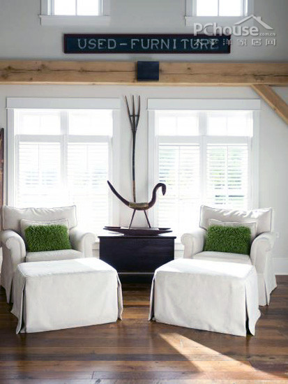 古木搭配白色的墙壁和家具看上去明亮而柔和,覆盖墙面的大窗户和宽敞