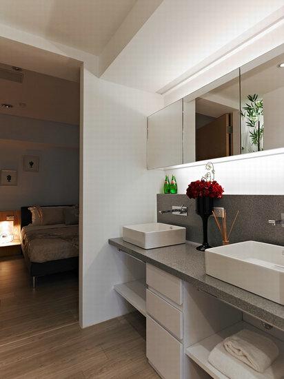 设计重点:主卧卫浴    编辑点评:采用清玻璃门片,让空间感得以