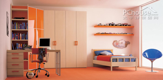 设计重点:极规则的空间感       编辑点评:将小床与电脑桌空间