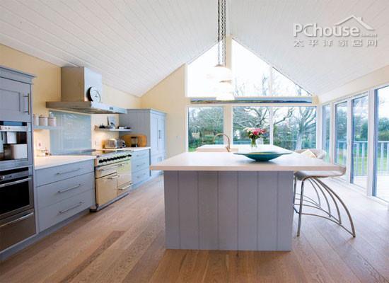 设计重点:天窗       推荐理由:在这种布局中,倾斜的玻璃板使厨房