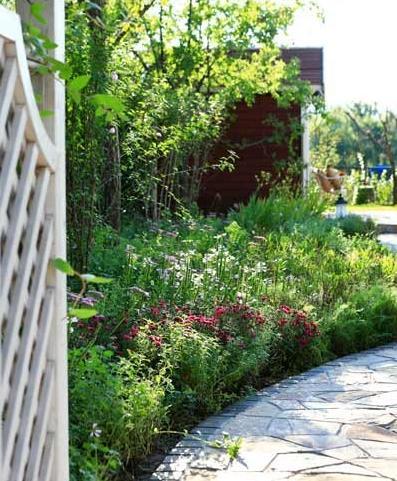 花园的入口是白色的欧式木门