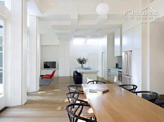餐厅与客厅连接,两个矩形的长条餐桌并排摆放并不显拥挤,线条