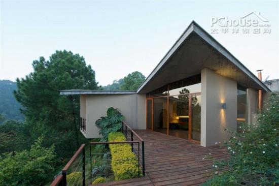 导读:这是令人惊叹的现代化建筑,这是743平方米的完美演绎。它栖息在喜马拉雅山脉的一座小山上,为室内和室外提供了一个令人赞叹的全景视界。这是一个逃离城市喧嚣的地方,是现代化隐居生活的绝佳选择。我们一起去看看吧!   设计重点:与大自然结合最为完美的建筑,当然在室内设计上也颇具自然风格。室内装潢也应呼应环保口号。   编辑首推别墅外观设计:  别墅一角   设计重点:别墅一角   编辑点评:以非规则的形状做别墅外观,极具现代化气息,也足以体现别墅主人的独特个性爱好。以骄傲的姿态屹立于山林之中。  休息区