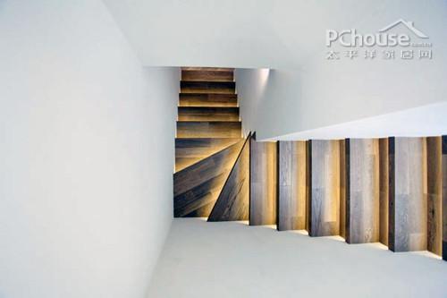 设计重点:金光大道       编辑点评:卧室旁的楼梯在地灯的照耀