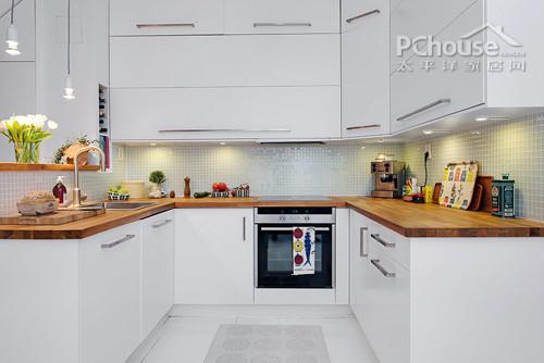 除此之外,工作台上的给类工具,植物,饰品则是为厨房增添了丰富的色彩