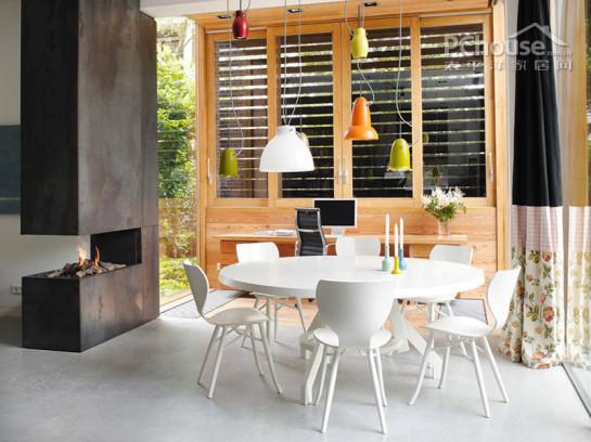一款十分大气的家居设计,她的每一寸空间每一个角落都展现着屋主的优雅。明暗色调的变化,大型家具的设计,细小物品的摆放都十分考究,让整个房子一股欧美贵族范儿。   设计重点:色彩搭配以及材质选用   编辑首推空间:欧式古典风情客厅  欧式古典风情客厅   推荐理由:大型落地窗增大房间采光,咖色灰色等暗色系奠定房子的优雅基调。  开放式客厅设计   设计重点:开放式客厅设计   编辑点评:开放式的大客厅,连接客厅与餐厅,深色的全木质建材极有质感,典雅又厚重。  沙发设计   设计重点:沙发设计   编辑点评:宽