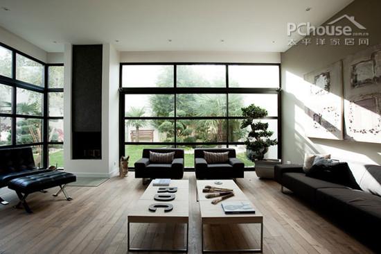原木地板和全落地式玻璃墙