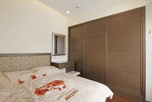 门片,让收纳衣柜呈现三门墙柜的气势,透过横向拉宽的视觉效果,