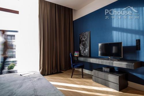 设计重点:电脑台         编辑点评:卧室是一片蓝色的海洋,而