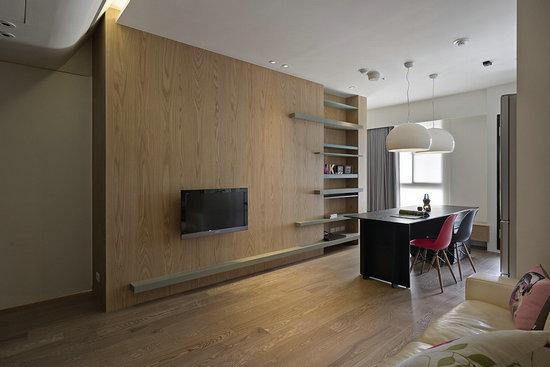 设计师拉大电视墙面,结合餐厨区柜体呈现开阔放大.