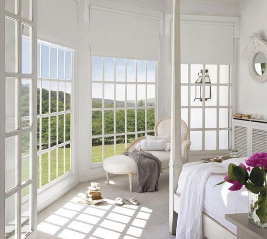 卧室设计   卧室中的玻璃门和客厅中如出一辙,推开就能看到外面美丽的景色。一张木制的椅子加上舒适的坐垫就是不错的休闲角落。  阳台设计   大大的玻璃墙面被设计成一格一格的,在地板上投下了很好看的影子。一张贵妃椅看上去也异常舒适。窗外的绿树、草坪都是很不错的视觉观赏点。 文章来源:太平洋家居网 推荐阅读