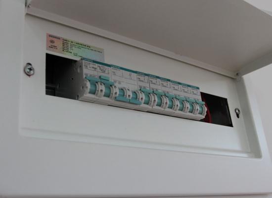 了解区分各用电回路,总的断路保护开关,照明电路,空调地暖等