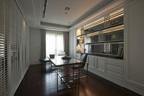 设计师改以茶玻搭配百叶窗帘打造半穿透书房空间