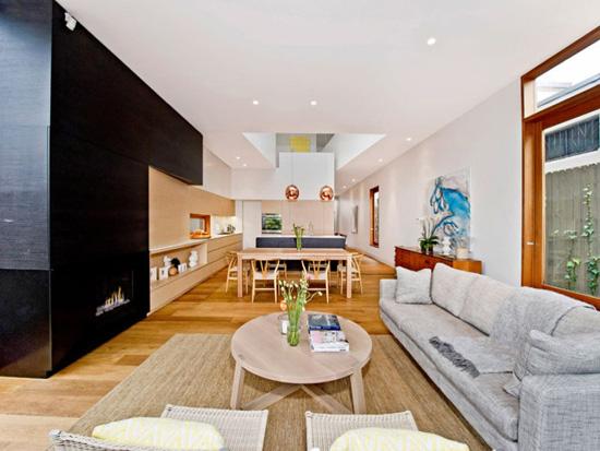 【余姚生活网装修频道】想足不出户便可欣赏悦目的自然景物?这所二层复式公寓定能满足你的要求。这所公寓巧妙地把时代元素和自然融合在一起,室内装修材料以木质为主,崇尚环保。巧妙的镂空墙体设计轻松实现把风景带进家里。   设计重点:暖色调的黄棕色木地板和家具与冷色调的灰白色墙体巧妙结合;镂空墙体设计保障隐私同时使空间开阔;温馨的室内后花园,充分利用空间和阳光。  外玄关设计   设计重点:巧妙间隔   编辑点评:简单却不失美观的石板小路和室内木地板自然过渡;镂空墙壁使玄关与车库相通,方便自行车的存取,同时也让狭长
