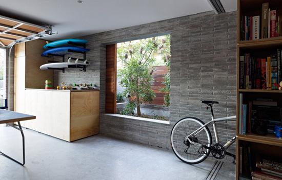 石板小路和室内木地板自然过渡;镂空墙壁使玄关与