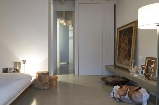 走廊设计   设计重点:中部开辟的楼梯增加立体感   编辑点评:玻璃墙设计大大地扩充了走廊空间,石头座椅和室外的自然景物相连,让走廊空间充满自然气息。楼梯并没有靠墙设置,而是从中部开辟,与地毯相搭配有延伸视线和增强空间立体感的作用。巨幅的笑脸人像照美化了单调的背景墙,也把走廊的气氛渲染得轻松快乐。  走廊设计   设计重点:窗户营造跳跃光线   编辑点评:狭长的走廊风格柔和温馨,左侧墙壁开辟了四五个窗口代替封闭的墙壁,保证了两堵隔断墙之间的餐厅空间的明亮度。长长的窗帘和错层的隔断墙为小小的走廊空间增添了