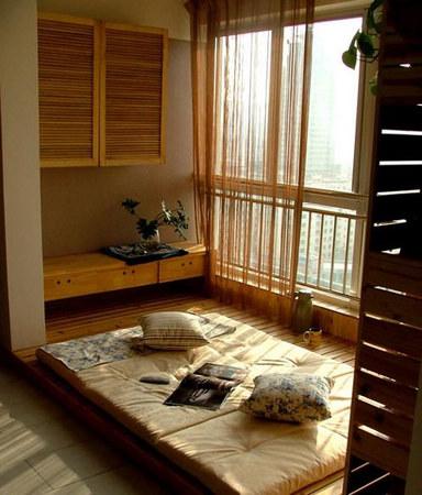 地台设计 地台下、窗下都采用储物柜,解决小空间必备的储物功能。地台白天可做书房、餐厅使用;夜晚,把推拉椅子合上,铺上床品就是舒适的大床。小角落的部分正好用来放置书本、电脑之类的工作资料。  地台设计 在客厅中,如果起一个地台,可以从尺寸、高低、形式上对客厅进行划分。