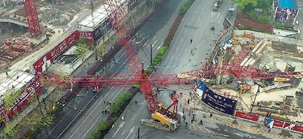 昨天清晨武林广场塔吊倒塌致一人身亡