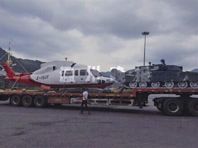 沈海高速公路上,一半挂车运着一架飞机和一辆坦克   在高速高清图片