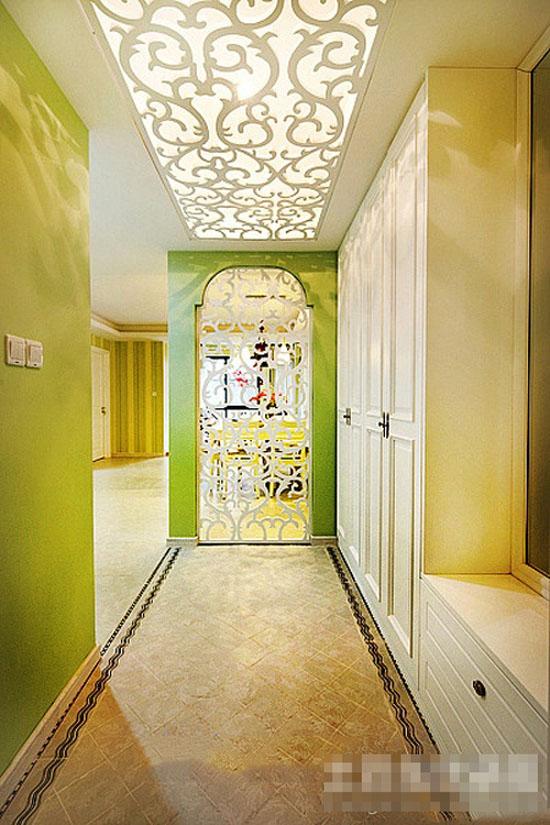 依整体装饰风格的具体情况而定,一般用于地面的铺设材料有玻璃,木地板