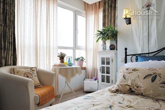 配合白色玻璃灯罩,古典风格的花纹装饰