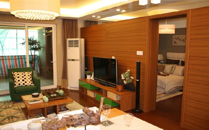 用饰面板装饰这个墙面,结合木质家具,电视柜,茶几显得整个房子充满