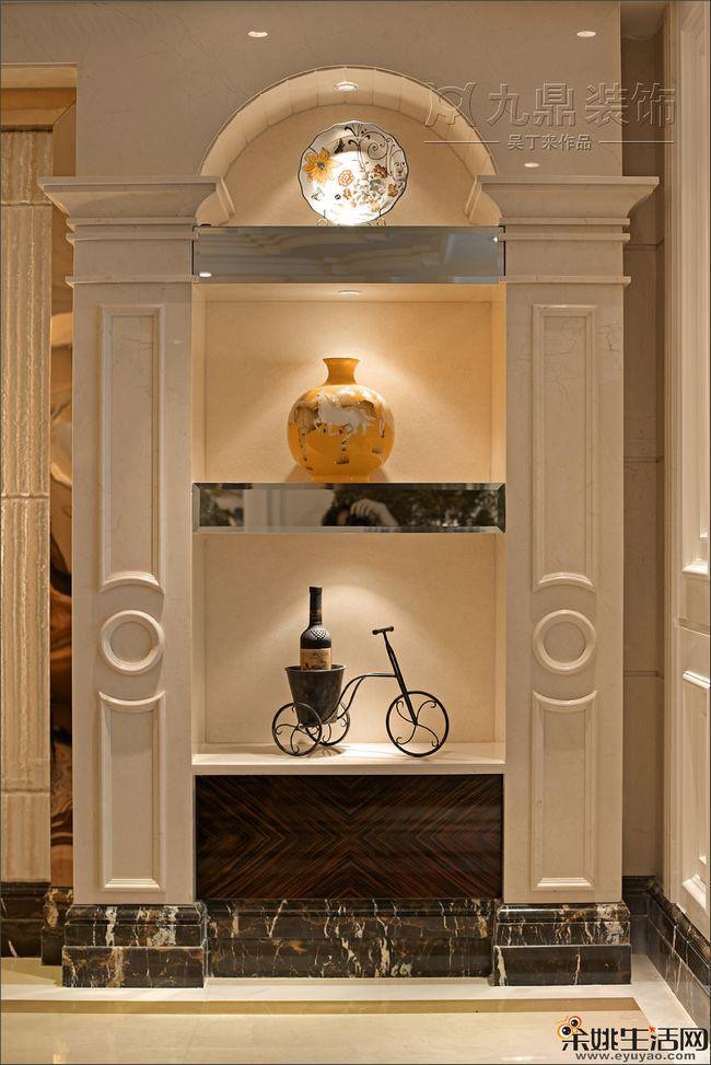 主卫干净简洁的设计,黑白相间的瓷砖铺设,体现后奢华风格的高贵感。  欧式风格造型的柱子,大理石踢脚线,搁物台上还打这射灯,把收藏品的展示的更唯美。  对装饰的摆放和搭配都具有很高的讲究,色调和风格的统一是相当关键的。 推荐阅读: