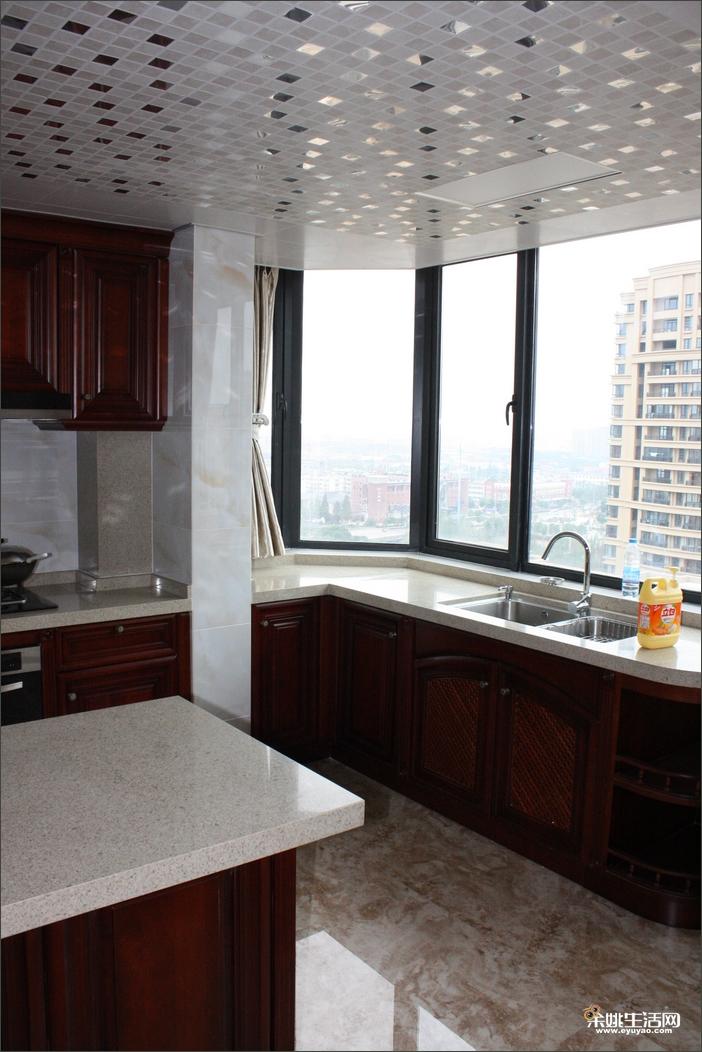 中岛式的厨房,厨房面积也比较大橱柜跟家居的